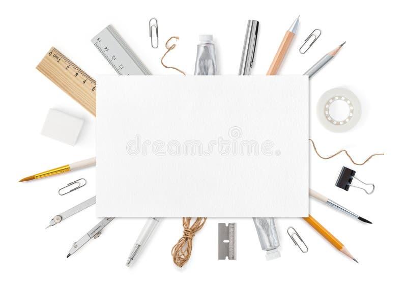 Leeg blad van document A4 met kantoorbehoeftenlevering op wit Schutblad hoogste mening Spot op malplaatje aan uw ontwerp stock foto