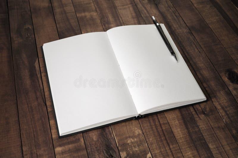 Leeg boek, potlood stock afbeelding