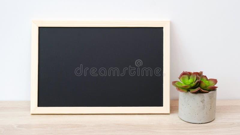 Leeg bord en succulant installatie die zich op houten lijstisol bevinden stock foto