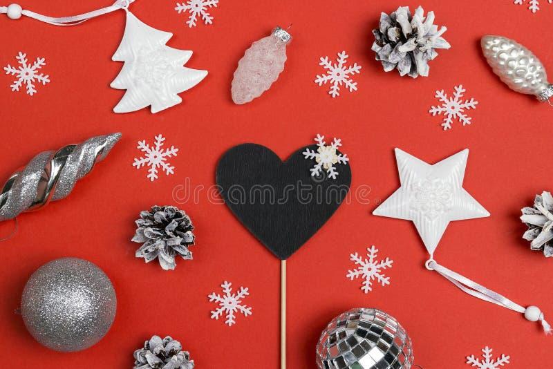 Leeg bord-hart met witte vakantiedecoratie en kegels royalty-vrije stock afbeelding