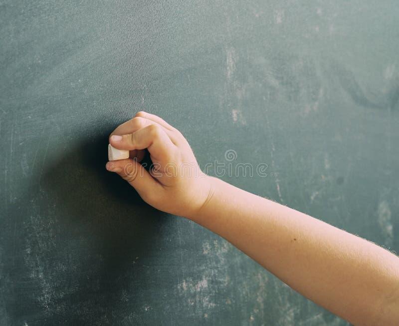 Leeg bord met een hand die beginnen te schrijven royalty-vrije stock afbeelding