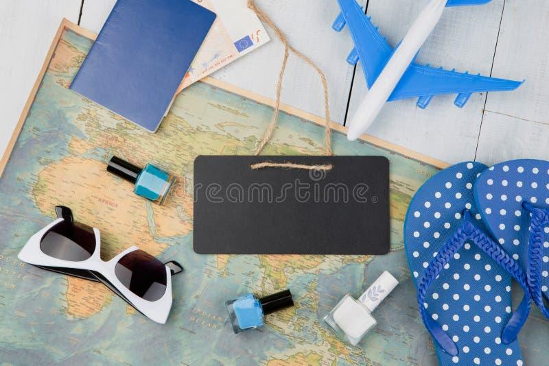 leeg bord, vliegtuig, kaart, paspoort, geld, ploffen en andere a royalty-vrije stock afbeelding