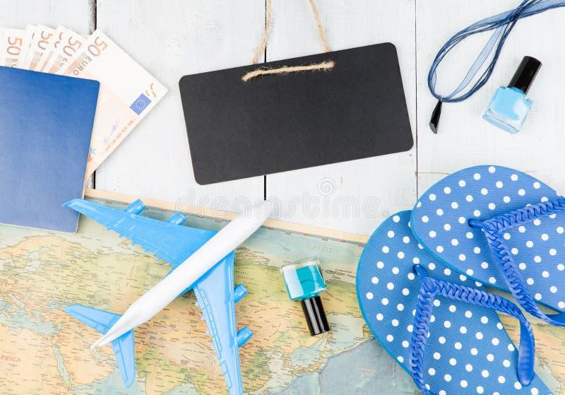 leeg bord, vliegtuig, kaart, paspoort, geld, ploffen en andere toebehoren stock foto's