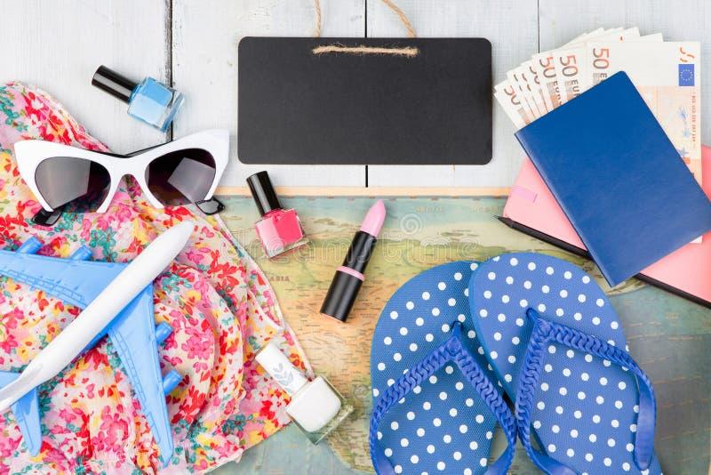 leeg bord, vliegtuig, kaart, paspoort, geld, zonnebril, ploffen royalty-vrije stock afbeelding