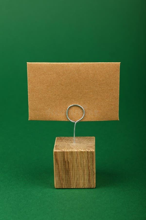 Leeg bruin kraftpapier-document teken op groene achtergrond royalty-vrije stock foto