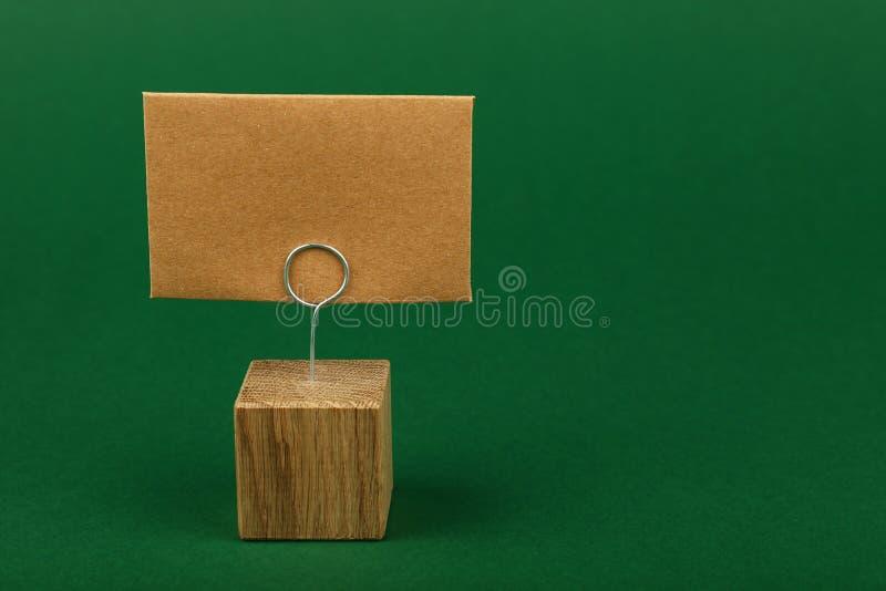 Leeg bruin kraftpapier-document teken op groene achtergrond royalty-vrije stock afbeelding