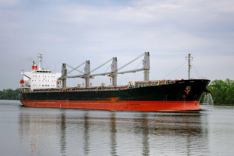 Leeg BulkvrachtVrachtschip die op Rivier varen stock foto's