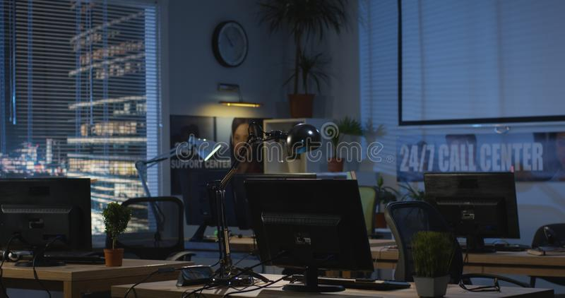 Leeg bureau bij nacht royalty-vrije stock foto's