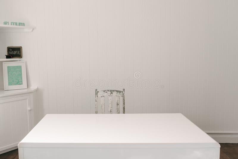 Leeg bureau met hout uitstekende stoel stock foto's