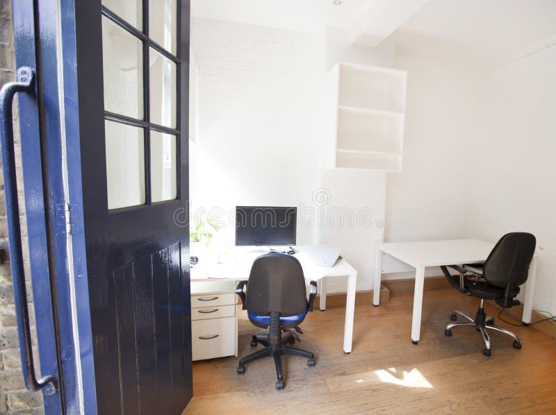 Leeg bureau met stoelen en lijsten royalty-vrije stock afbeeldingen