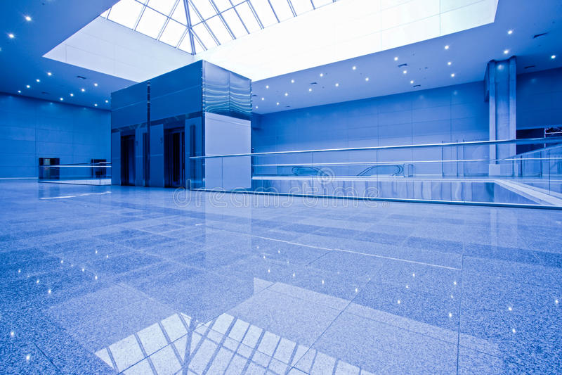 Leeg bureaucentrum in blauw stock fotografie