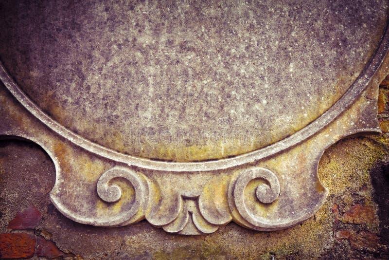 Leeg cementteken op het Oude teken van de steenmuur op gipspleistermuur royalty-vrije stock afbeeldingen