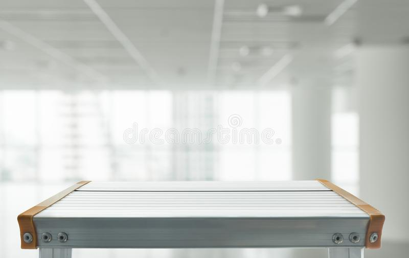 Leeg de bovenkant van aluminiumlijst met vage witte ruimte stock afbeelding