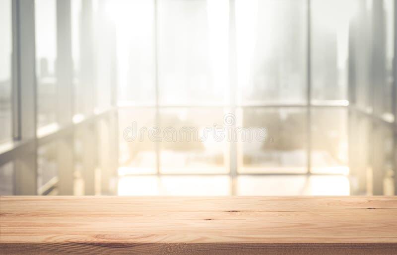 Leeg de bovenkant van houten lijst met onduidelijk beeldzonlicht in de vensterbouw stock afbeeldingen