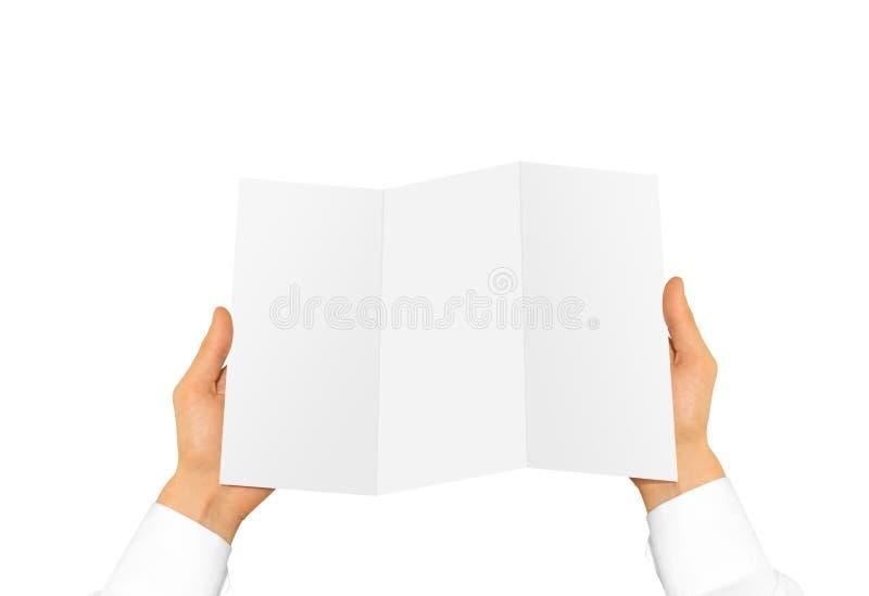 Leeg de brochureboekje van de handholding in de hand Pamfletpresentatie royalty-vrije stock foto