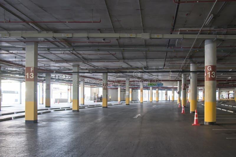 Leeg de garage ondergronds binnenland van het Autoparkeren in supermarkt royalty-vrije stock afbeeldingen