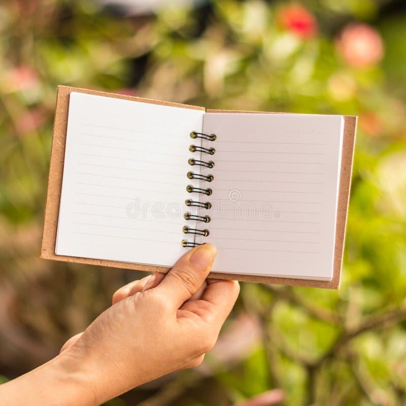 Leeg de notaboek van de handengreep royalty-vrije stock fotografie