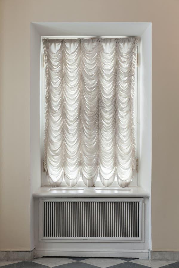 Leeg die venster met wit Tulle wordt behandeld royalty-vrije stock afbeeldingen