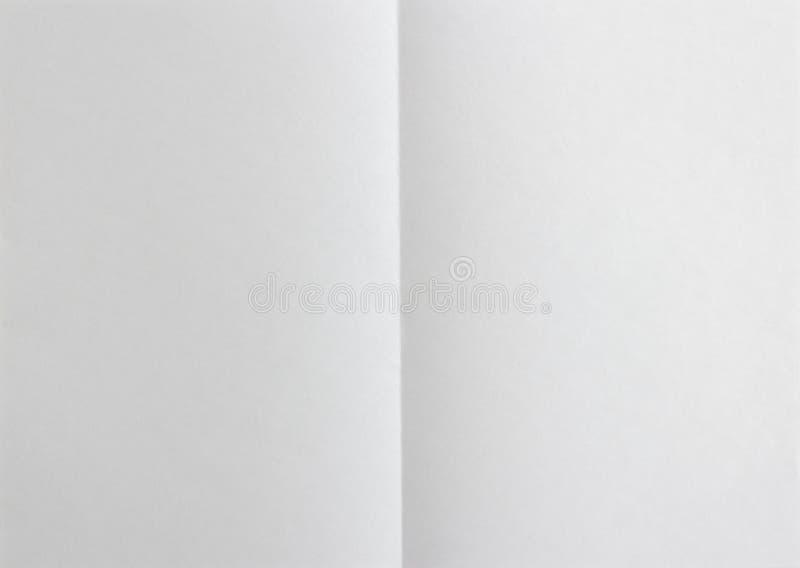 Leeg document dat op twee wordt gevouwen Achtergrond stock foto