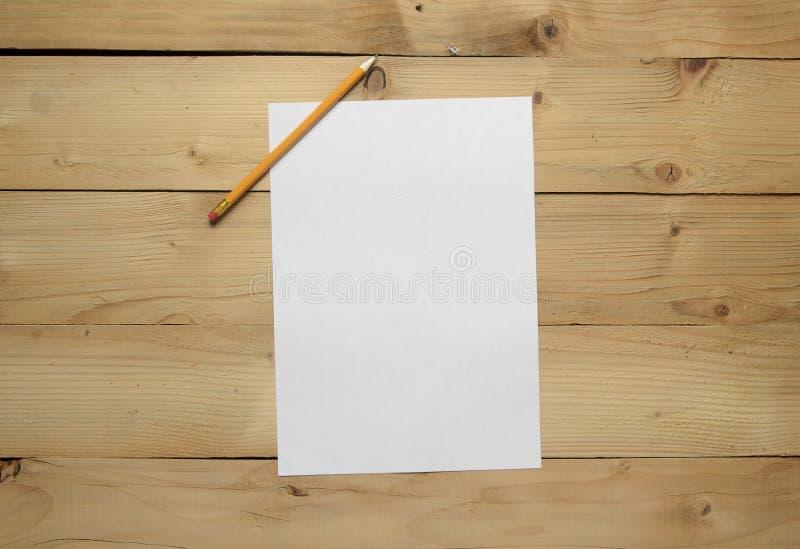 Leeg document en potlood stock fotografie