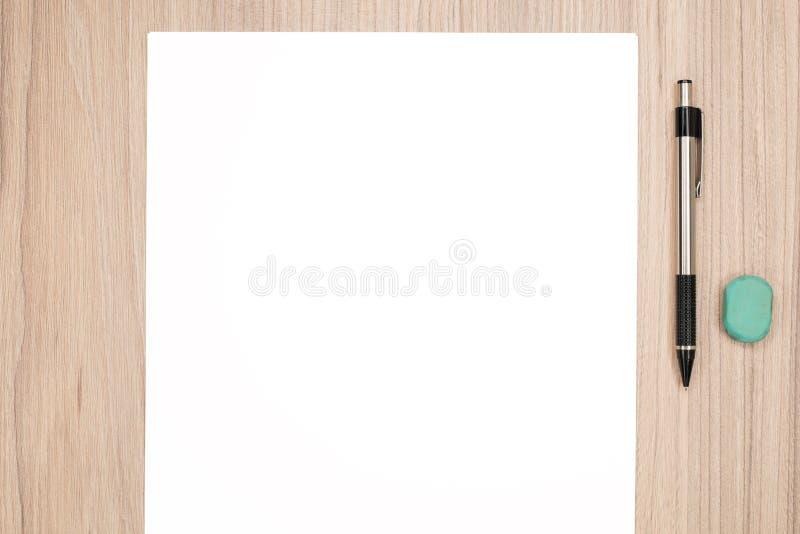 Leeg document met potlood stock foto