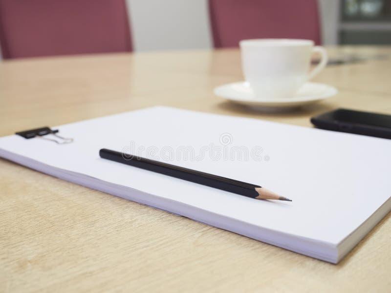 Leeg document met potlood en koffie, Bedrijfsvergaderzaal royalty-vrije stock foto's