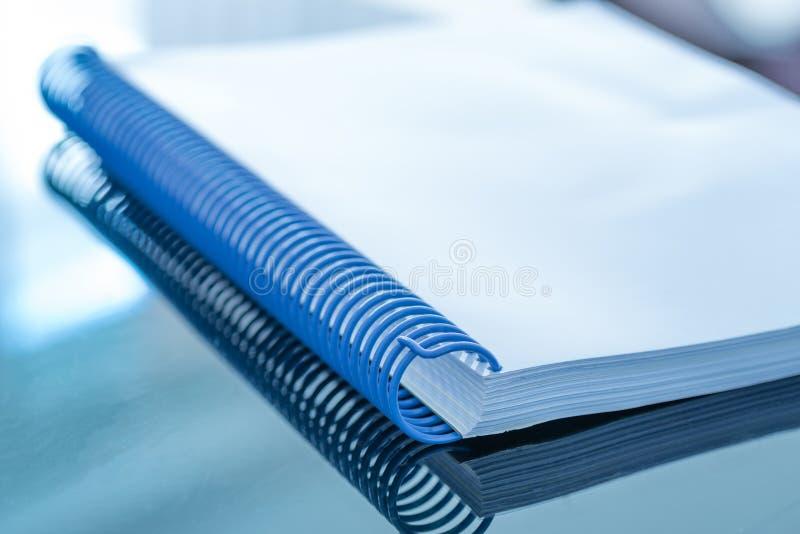 Leeg document op bureau stock foto