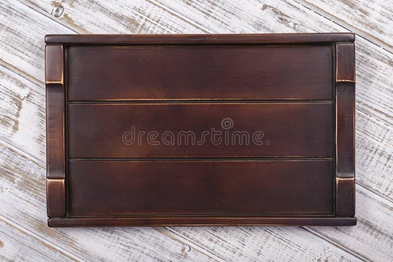 Leeg donker houten dienblad op grijze achtergrond stock fotografie