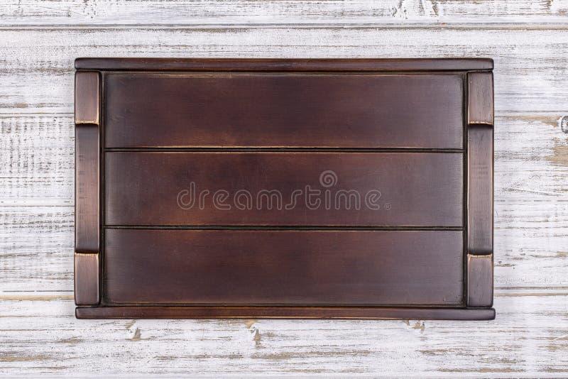 Leeg donker houten dienblad op grijze achtergrond royalty-vrije stock foto