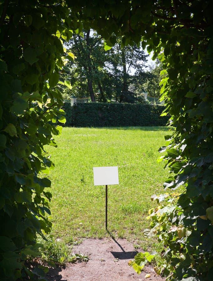 Leeg etiket in het park stock fotografie