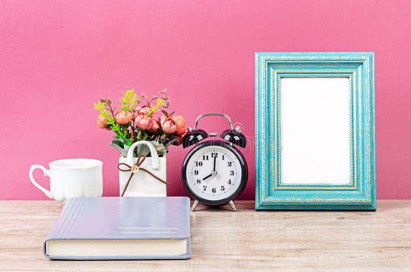 Leeg fotokader op bureauruimte stock afbeeldingen