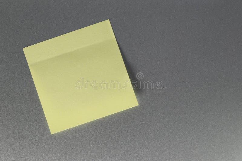Leeg geel document blad op ijskastdeur voor ontwerp royalty-vrije stock afbeelding