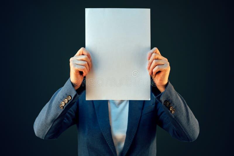 Leeg het documentdocument van de bedrijfsvrouwenholding als exemplaarruimte royalty-vrije stock fotografie