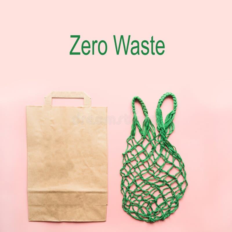 Leeg het winkelen document en textielzak op roze Nul afval geen plastiek royalty-vrije stock foto