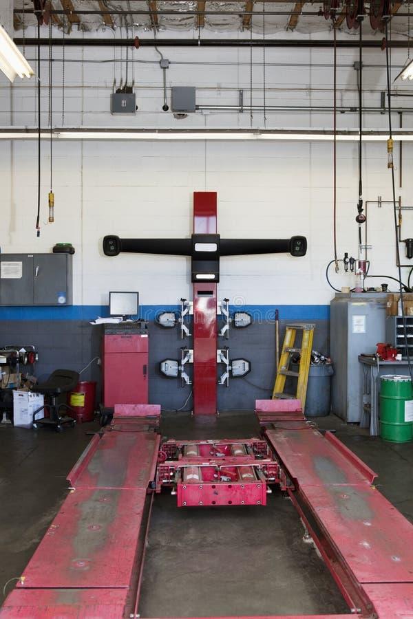 Leeg hijstoestel in automobiele reparatiewerkplaats stock afbeelding