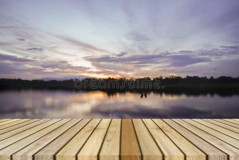 Leeg hoogste houten het decking en zonsondergangogenblik bij weinig meerachtergrond Kan voor productvertoning gebruiken royalty-vrije stock fotografie