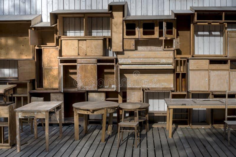 Leeg hout shelfs en oud uitstekend meubilair stock afbeelding