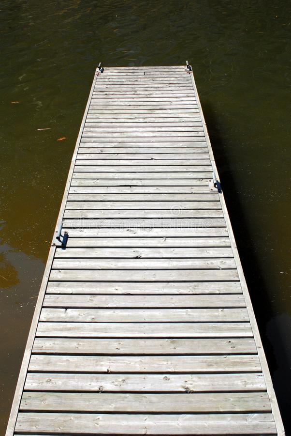 Leeg houten dok op water stock foto
