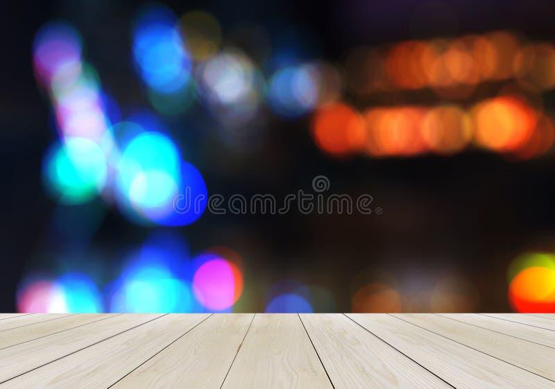 Leeg Houten Perspectiefplatform met Fonkelend Abstract die Regenboogonduidelijk beeld Bokeh als Malplaatje voor Vertoningsproduct stock afbeelding