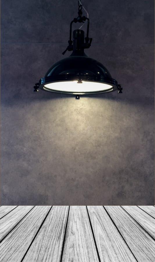 Leeg Houten Perspectiefplatform met Lampschaduw van het Moderne Zwarte Metaallamp gebruikt Hangen op Gray Wall Background met Cop stock afbeeldingen