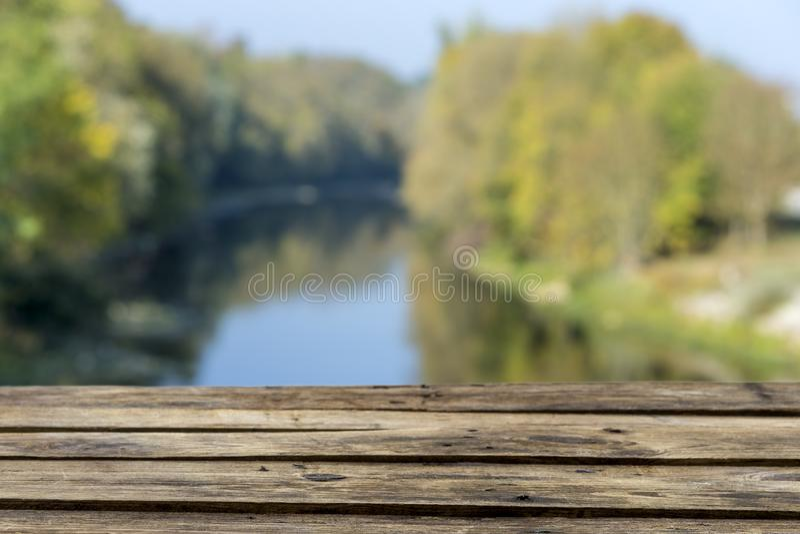 Leeg houten plankterras over groene rivier en bosachtergrond - het aardproduct, adverteert concept royalty-vrije stock foto's