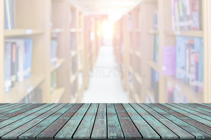 Leeg houten raads ruimteplatform met de achtergrond van het bibliotheekonduidelijke beeld stock fotografie