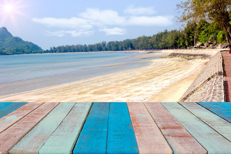 Leeg houten raads ruimteplatform met stranden stock foto