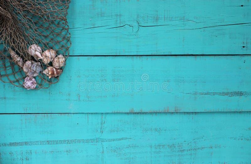 Leeg houten strandteken met shells in netto vissen royalty-vrije stock afbeeldingen