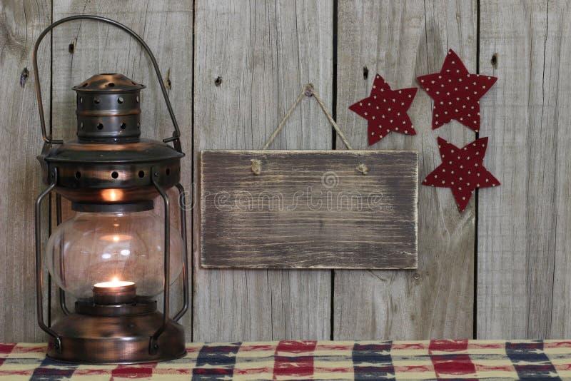 Leeg houten teken door antieke lantaarn royalty-vrije stock afbeelding