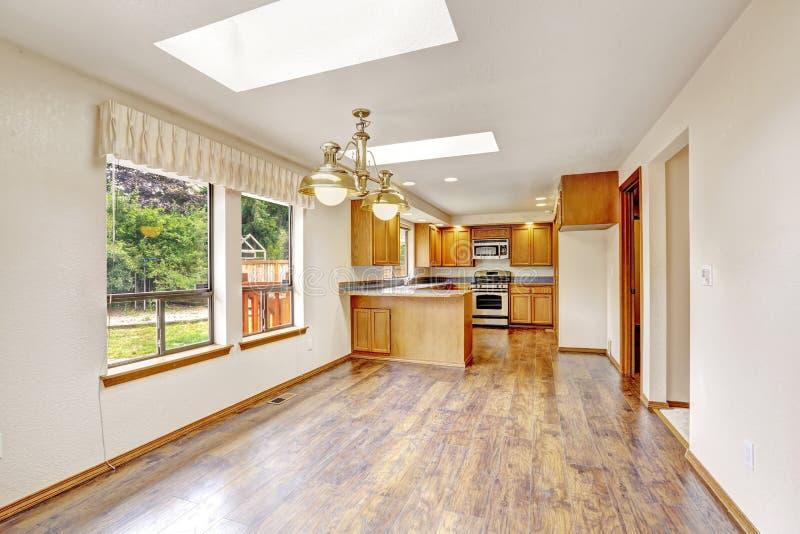 Leeg huis met open vloerplan Woonkamer en keukengebied stock foto