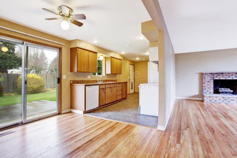 Leeg huisbinnenland keuken en woonkamer stock foto afbeelding