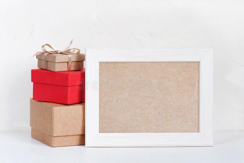 Leeg kader en diverse giftvakjes op de witte lijst stock foto