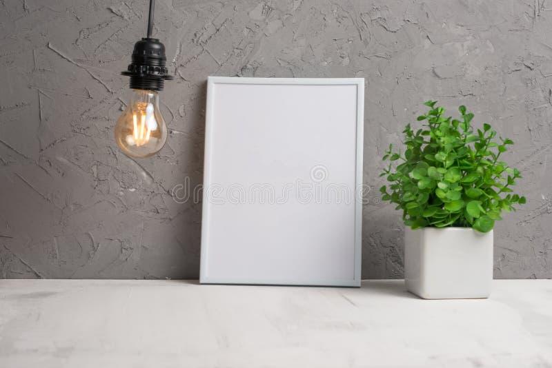 Leeg kader op de achtergrond van een muur met een bloem en een bol van Edison Concepteninschrijvingen voor tekst, reclame, doopvo stock foto's