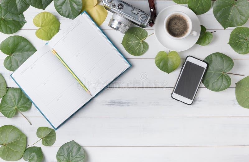 Leeg kalendernotitieboekje met hart gevormd blad stock afbeelding